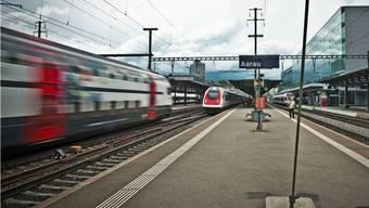 Statt eines Haltes rasen viele SBB-Schnellzüge mit bis zu 140 Kilometern pro Stunde durch den Bahnhof Aarau, nur der ICN in der Mitte legt noch einen Halt in der Hauptstadt ein.