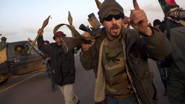 Rebellen westlich von Ras Lanuf feiern die Abwehr der Regierungsstruppen