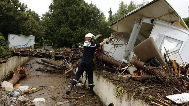 Ein zerstörter Wohnwagen in Lamalou-les-Bains