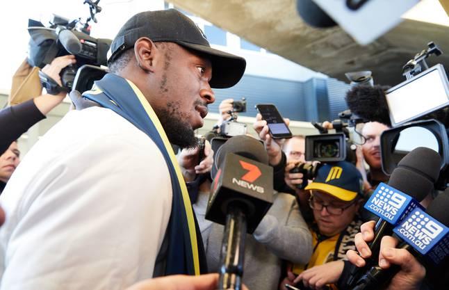 Usain Bolt wird von Dutzenden Journalisten am Flughafen empfangen.