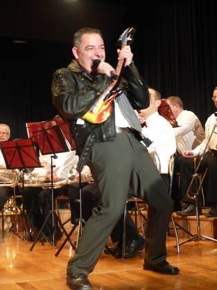 MV Obermumpf unter Leitung von Dirigent János Németi im Konzert; eine Klasse für sich: die Moderation von Mario Süss