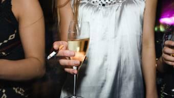 Der Kanton Solothurn will mit einer Ausweispflicht für Bar- und Clubbesucher die weitere Ausbreitung des Coronavirus eindämmen. (Symolbild)