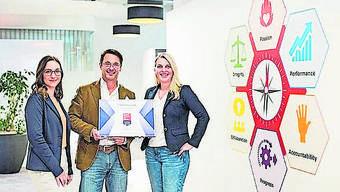 Thomas A. Tóth und Gabriella Schraner von der Tillots Pharma AG nehmen das GPTW-Zertifikat von Leah Martorelli entgegen.
