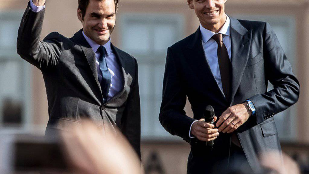 Roger Federer (links) und Tomas Berdych freuen sich auf dem Wenzelsplatz auf die Premiere des Laver Cup im September in Prag