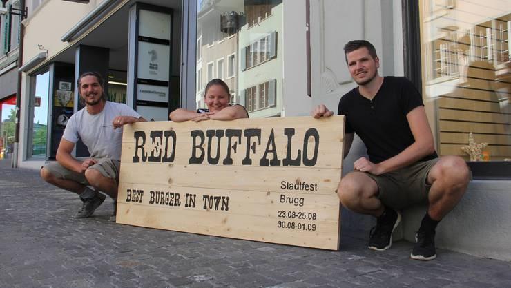 Am Brugger Stadtfest werden Stephan Muff (v. l.), Jennifer Hummer und Alex Weibel an der Hauptstrasse die Festbeiz Red Buffalo betreiben.