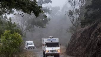 Rettungsfahrzeuge erreichen den Tatort auf der Insel Santiago. Der mutmassliche Täter, ein Soldat, wurde festgenommen.