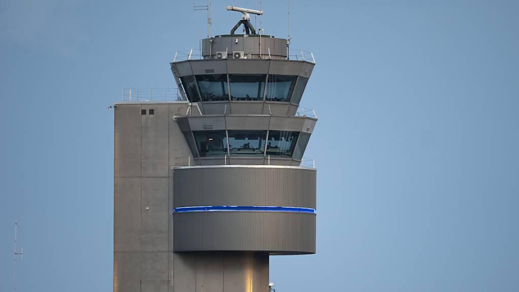 Der Flughafen Zürich hat 2019 Umsatz und Gewinn steigern können. Fürs laufende Jahr ist das Flughafen-Management indes nicht mehr so zuversichtlich. Im Bild: Der Tower, aufgenommen am 5. Juni 2019. (Archivbild)