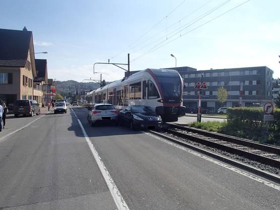 Seon AG, 18. April: Eine Auto kollidiert mit der Seetalbahn. Die Lenkerin wollte trotz Warnblinklicht über den Bahnübergang in die Aarauerstrasse abbiegen. Die 46-jährige Schweizerin wurde leicht verletzt.