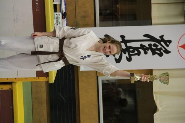 """Chantal Gauch mit Pokal für """"Beste Technik"""" bei den U20 Karatekas"""