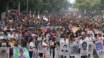 In Mexiko haben Demonstranten am Donnerstag (Ortszeit) erneut die Aufklärung der Umstände von 43 verschwundenen Studenten vor fünf Jahren gefordert.