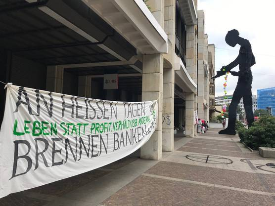 Klimaaktivisten haben am Montagmorgen den Eingang der UBS blockiert.