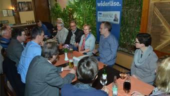 Am bz-Stammtisch in der Pizzeria kam es rund um Gemeindepräsident Giorgio Lüthi (mit schwarzer Jacke) zu angeregten Diskussionen.