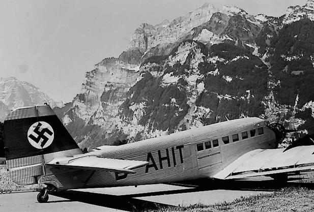 «Tante Ju» am Set für einen Fernsehfilm des Südwestrundfunks beim Flughafen Mollis (2000). Hitlerdeutschland setzte die Ju-52 im Zweiten Weltkrieg vor allem als Transportflugzeug ein.