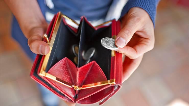 Ebbe im Portemonnaie: Die Kleider kauft Feride für sich und ihre Kinder im Brocki. «Ich kann es mir nicht leisten, in einem Kleiderladen einzukaufen.» Symbolbild/Key