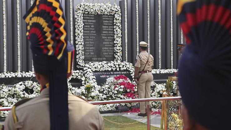 Indische Polizisten gedenken der Opfer der Terrorangriffe in Mumbai vor 10 Jahren - unter den 166 toten waren auch mehr als ein Dutzend Polizisten.