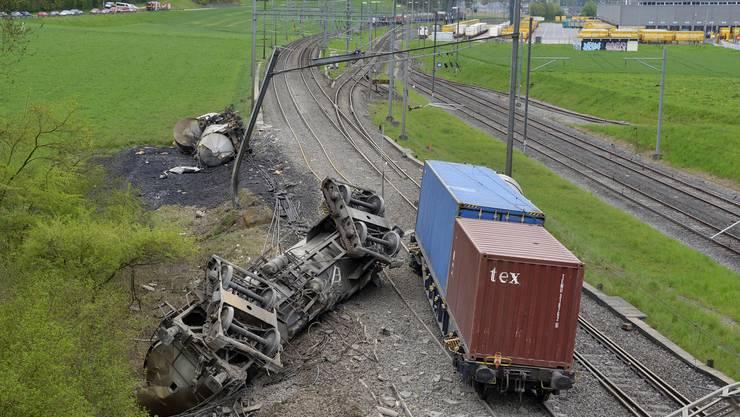 Die letzten sechs Wagen des Zuges entgleisten, fünf von ihnen kippten um.