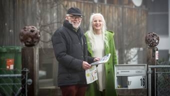 Walter Richner mit seiner Frau Hannah vor ihrem Eigenheim in Benzenschwil.