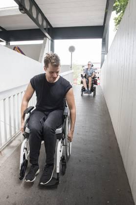 Redaktor Alex Rudolf machte sich gemeinsam mit Roger Seger auf den Weg, die Mobilität im Rollstuhl zu erkunden. Bei grossen Senkungen musste der Fuss hin und wieder als Bremse herhalten.