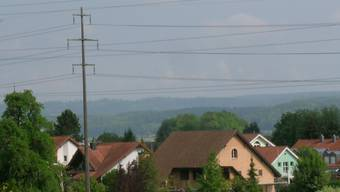 Strom sorgt in Fischbach-Göslikon immer für Diskussion: Zum Beispiel die Freileitungen.