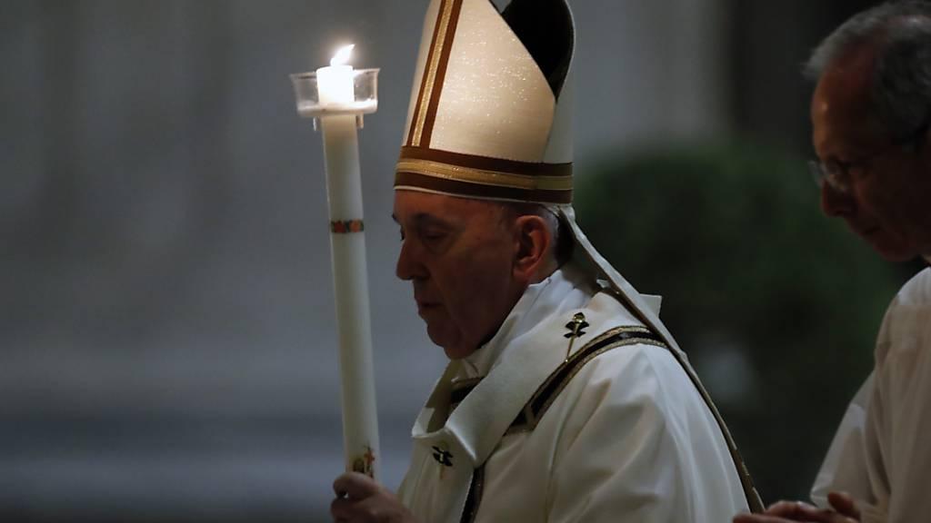 Papst Franziskus feiert einsame Osternacht im Petersdom