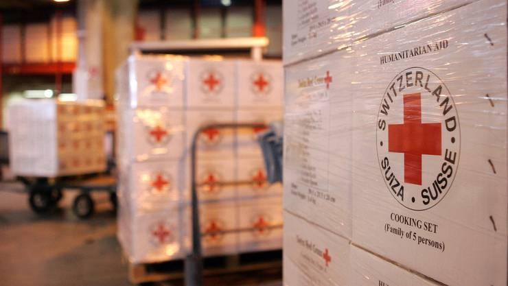 Das Flugzeug von CICR wird mit Material vom Roten Kreuz fuer Haiti beladen. © Pascal Muller/EQ Images