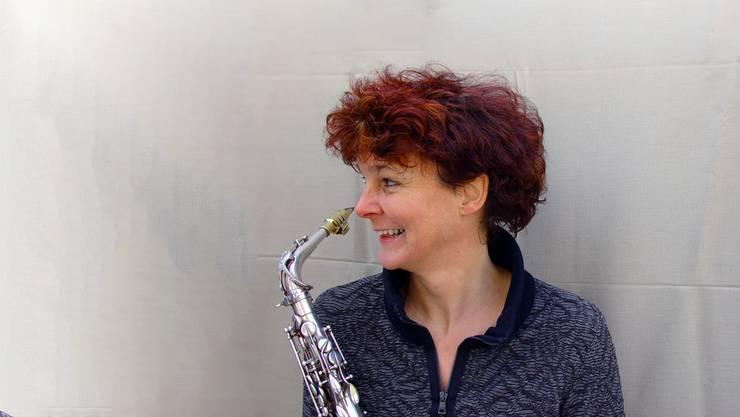 Die Jazzmusikerin Co Streiff mit ihrem Alt-Saxofon.