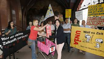 Referendum Ladenöffnungszeiten: Übergabe der Unterschriften im Rathaus. Franziska Stier von der Unia (l) übergab die Unterschriften an Staatsschreiberin Barbara Schuepbach (u mit Pkt).