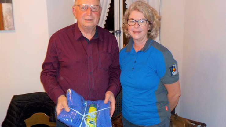 30 Jahre Vereinsmitglied Veteran Ruedi Kissling mit Präsidentin Monika Häfeli