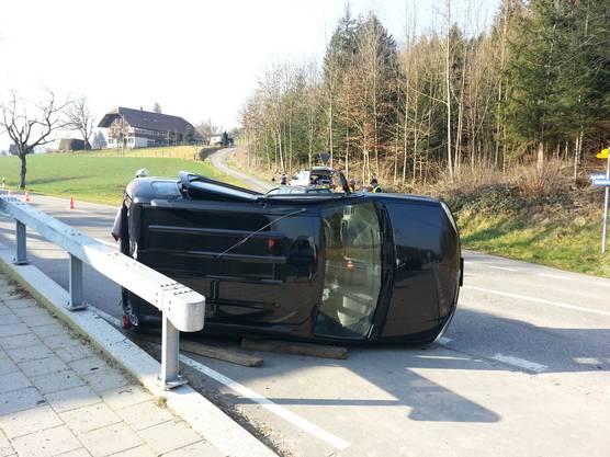 Der Subaru überschlug sich und blieb auf der Seite liegen.