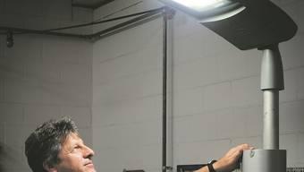 Mit einer Musterleuchte demonstriert Daniel Sommerhalder die Qualität des LED-Lichtes.
