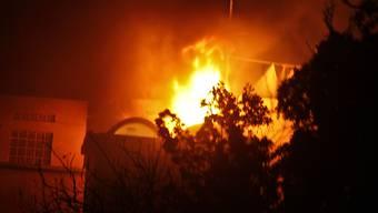 Flammen dringen aus dem umkämpften Hotel Ambassador in Mogadischu.