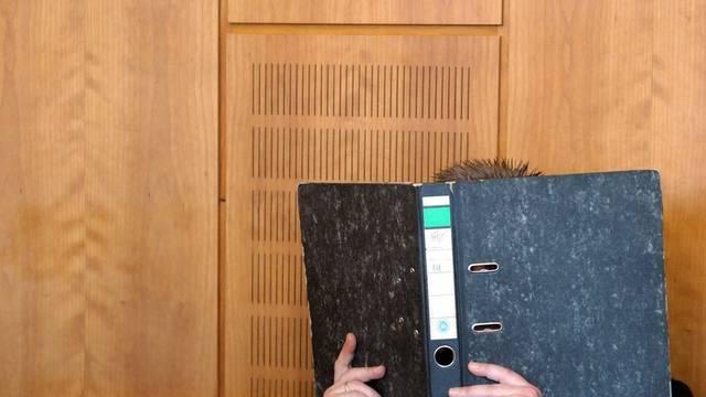 """Hinter dem Gerichtsordner versteckt sich laut einem Gutachter ein """"sadistisch-perverser Täter"""""""