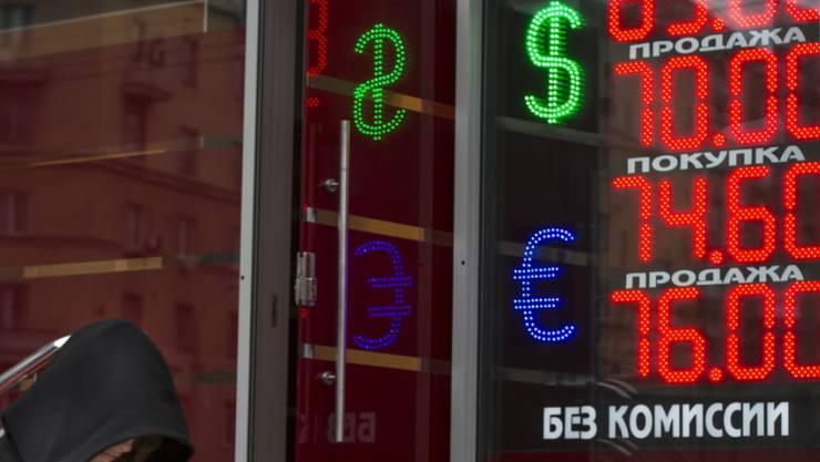 Der tiefe Ölpreis setzt den Rubel unter Druck. (Archiv)
