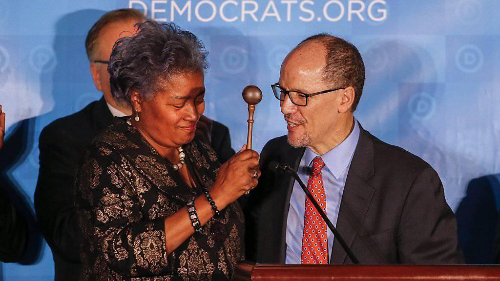 Stabsübergabe bei den US-Demokraten: Interim-Parteichefin Donna Brazile übergibt ihrem Nachfolger Tom Perez den Sitzungshammer.