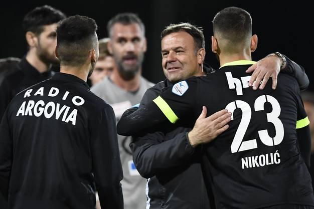 Patrick Rahmen weiss, bei wem er sich bedanken kann. Goalie Nikolic hielt die Aarauer mit seinen Paraden im Spiel.