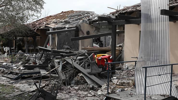 Ein Raketenangriff auf ein Haus auf israelischem Gebiet hat am Montag heftige Gegenreaktionen ausgelöst. Es gab mehrere Berichte von Luftangriffen im Gaza-Streifen.