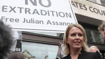 Unterstützer von Julian Assange protestieren vor dem Gericht in London gegen eine Auslieferung des Wikileaks-Gründers. Im Vordergrund Assanges Anwältin Jennifer Robinson.