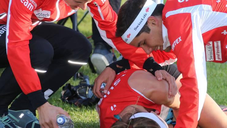 Die Teamkollegen trösten  Judith Wyder nach ihrem Einbruch am Samstagabend