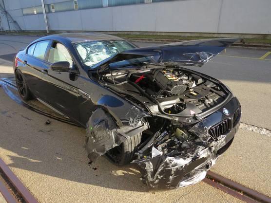 Rupperswil AG, 13. Oktober: Schwer beschädigtes Auto nach Kollision mit Fabrikgebäude.