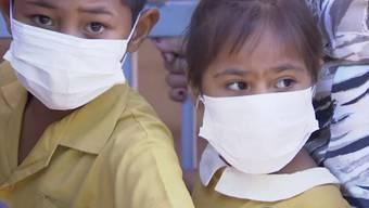 Kinder in Apia im polynesischen Inselstaat Samoa warten in einer Klinik auf eine Impfung gegen Masern. (Archivbild)