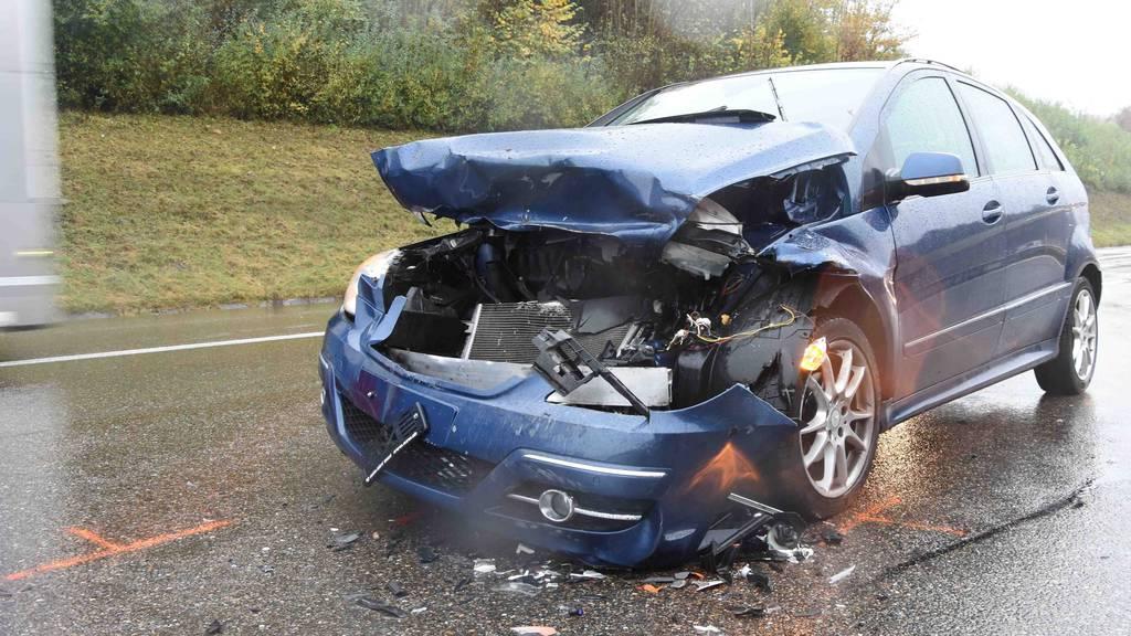 Auffahrunfall mit drei Autos – zwei Personen verletzt