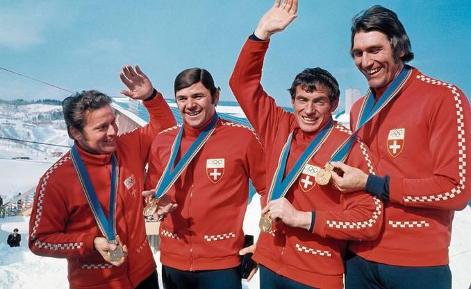 1972 in Sapporo auf dem Olymp: Hausi Leutenegger (2. von links) mit Jean Wicki, Werner Carmichel und Edy Hubacher und der Goldmedaille, die das Team im Bobrun geholt hat.