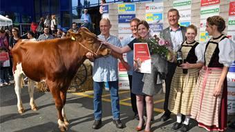 Mit erhobenem Haupt stolzierte Sieger-Muni Caramel unter der Leitung seines ebenfalls stolzen Züchters Samuel Keiser, Landwirt aus Fulenbach, vor die Zuschauerschar.