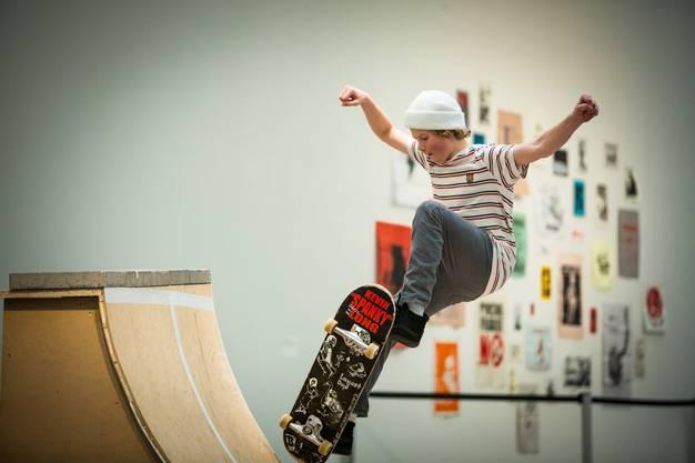 Skulpturen für die Skater, Bilder an den Wänden zum Betrachten