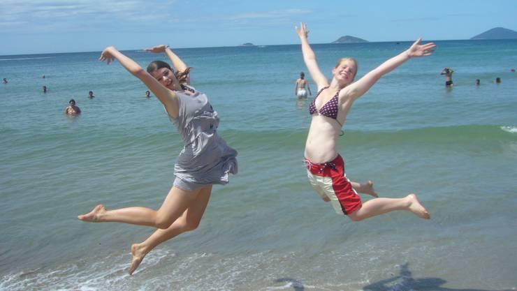 Sommerliche Freudensprünge am Meer in Hoi An (Vietnam) (Bild: Christine Schmid, Brugg)