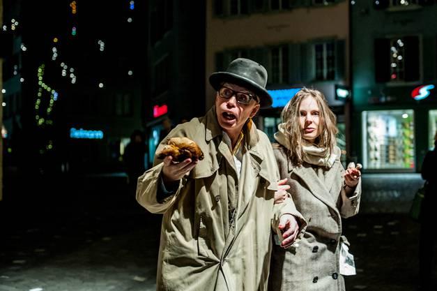Die Schauspieler bieten Passanten einen Mitternachtssnack an