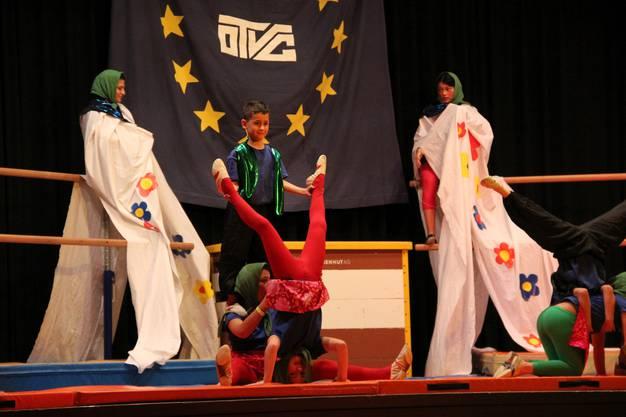 Akrobatisch in Russland mit den Babuskas und den Kindern des Geräteturnens