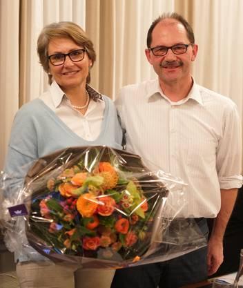 Pia Siegrist wurde als Präsidentin bestätigt und durfte von Paul Stehrenberger einen schönen Blumenstrauss entgegen nehmen.