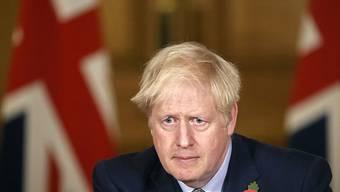 ARCHIV - Boris Johnson, Premierminister von Großbritannien, sitzt am 9. November in einer Pressekonferenz. Foto: Tolga Akmen/PA Wire/dpa