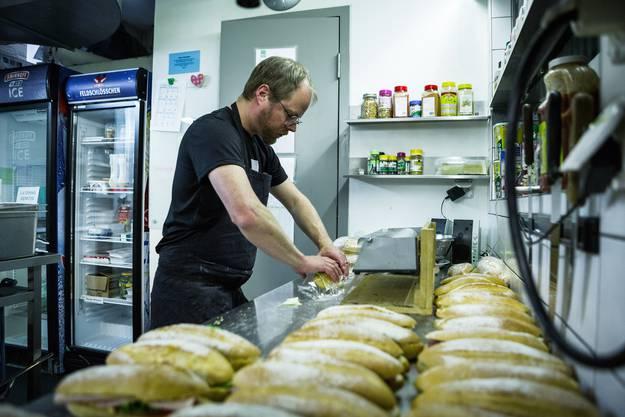 Gregor Lüscher wickelt Sandwiches im Akkord in die Frischhaltefolie – ohne Gnusch.